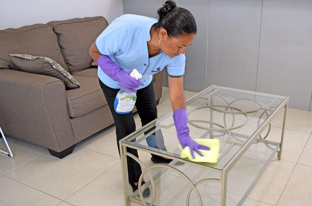 limpiando mesa de sala
