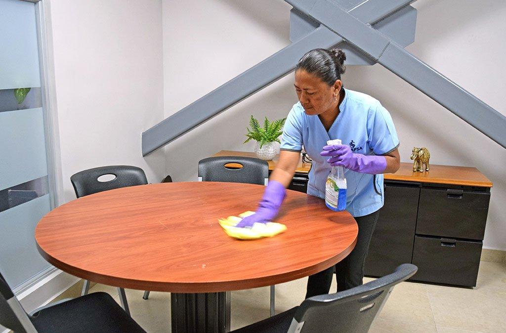 limpiando mesa