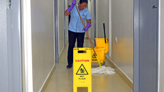 limpiando pasillo